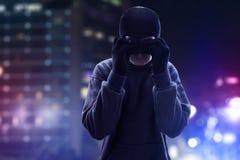 Voleur portant un masque sur la rue image libre de droits