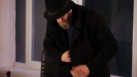 Voleur volant les dossiers confidentiels dans un bureau banque de vidéos
