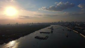 Volez au-dessus de la rivière avec le fond large de vue aérienne de transport et de coucher du soleil d'importations-exportations banque de vidéos