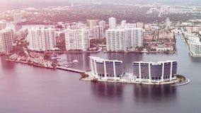 Volez au-dessus de Miami les îles qu'ensoleillées échouent avec de beaux hôtels et locaux commerciaux confortables sur le fond du clips vidéos