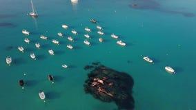 Volez au-dessus des bateaux dans une baie dans 4K banque de vidéos