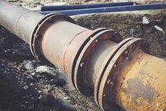 Volez la grande canalisation sur une terre Vieux joint de tuyaux images stock