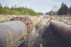 Volez la grande canalisation sur une terre Vieux joint de tuyaux photo libre de droits