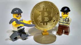 Volez le vol d'or d'argent de Bitcoin photographie stock
