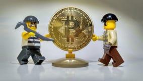 Volez le vol d'or d'argent de Bitcoin photos stock