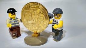 Volez le vol d'or d'argent de Bitcoin image libre de droits