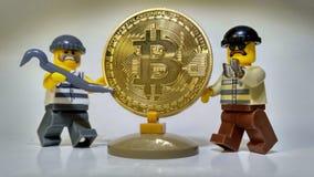 Volez le vol d'or d'argent de Bitcoin photographie stock libre de droits
