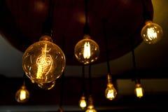 Volframlampor, gammal modeljuskrona, lightbulb Arkivbild