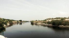 Volg de rivier en vond oceam Stock Fotografie