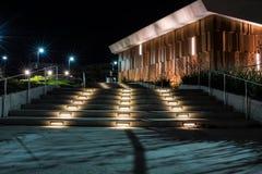 Volg de weg van lichten aan klasse bij nacht Stock Afbeelding