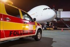 Volg me auto op luchthaven, op de achtergrond is een groot passagiersvliegtuig stock afbeelding