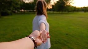 Volg me Jonge, niet-geïdentificeerde slanke meid leidt haar vriendje met de hand stock videobeelden