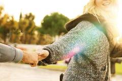 Volg me - meisje die hand van een mens trekken stock afbeelding