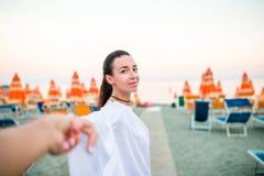 Volg me POV - koppel in liefde die pret hebben Vriend na de handen van de meisjeholding bij strand het glimlachen actief genieten royalty-vrije stock afbeelding
