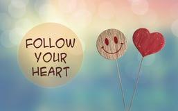 Volg uw hart met hart en glimlachemoji royalty-vrije stock fotografie