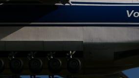 Volga-Dnepr Antonov An-124-100 che atterra a Narita stock footage