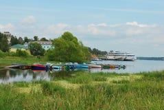 Volga nära townen av Myshkin Arkivfoto
