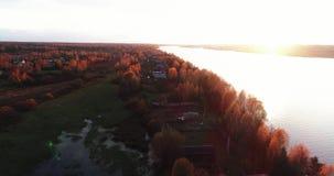 Volga River i höst på den flyg- sikten för soluppgång från flygquadcopter över skog lager videofilmer