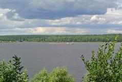 Volga River nära staden av Kineshma, Ivanovo region vidsträckthet Moln volga Fotografering för Bildbyråer
