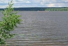 Volga River nära staden av Kineshma, Ivanovo region vidsträckthet Moln volga Royaltyfri Fotografi