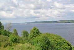 Volga River nära staden av Kineshma, Ivanovo region vidsträckthet Moln volga Arkivbild