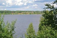 Volga River nära staden av Kineshma, Ivanovo region vidsträckthet Moln volga Royaltyfri Bild