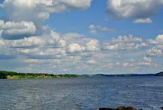 Volga River nära staden av Kineshma, Ivanovo region vidsträckthet Moln volga Ryssen landskap Royaltyfri Foto
