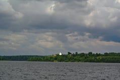 Volga River nära staden av Kineshma, Ivanovo region vidsträckthet Moln volga Ryssen landskap Royaltyfri Fotografi