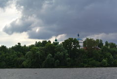Volga River nära staden av Kineshma, Ivanovo region vidsträckthet Moln volga Ryssen landskap Royaltyfri Bild