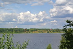 Volga River nära staden av Kineshma, Ivanovo region vidsträckthet volga Sommar Ryssen landskap Royaltyfri Fotografi