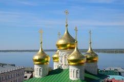 Volga River och gammal rysskyrka Royaltyfri Bild