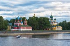 Volga River till kyrkan av St Dmitry på blodet och den Spaso-Preobrazhensky domkyrkan i Uglich Arkivfoto