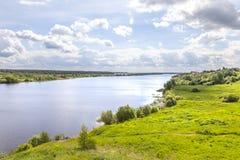 Volga Rivier dichtbij het dorp van Gorodnya royalty-vrije stock afbeeldingen