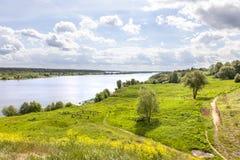 Volga Rivier dichtbij het dorp van Gorodnya royalty-vrije stock afbeelding