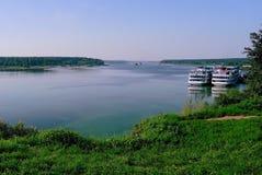 Volga Rivier met twee die Cruisevoeringen bij een pijler worden gedokt Stock Fotografie