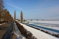Volga rivierbank in de winter Brug over de rivier Volga Stock Afbeelding