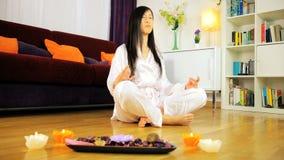 Volgend schot die van Aziatische vrouw yoga doen stock video