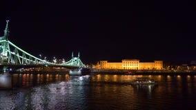 Volgend schot van de toeristenboot op de rivier van Donau bij nacht stock footage