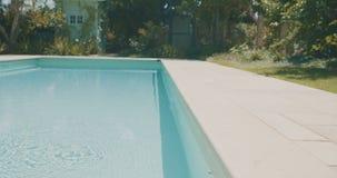 Volgend schot van een zwembad in een grote binnenplaats stock video