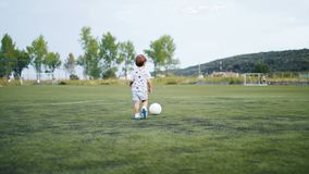 Volgende camera van een kleine jongen die een doel op voetbalgebied noteren stock videobeelden