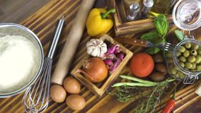 Volgende geschotene bloemeieren, verse groente en kaas voor het koken van pizza Voedselsamenstelling van ingrediënt voor het Ital stock videobeelden