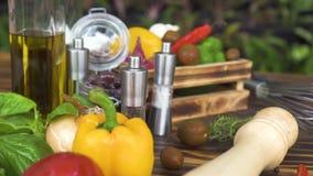Volgende geschotene verse groenteachtergrond en het kruiden voor voedselvoorbereiding Ingrediënt voor voorbereidings vegetarisch  stock video