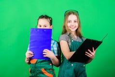 Volgens plan Toekomstig beroep Jonge geitjesmeisjes die vernieuwing plannen De meisjes van initiatiefkinderen verstrekken hun ver stock foto's