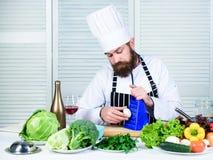 Volgens recept Bereid ingrediënten voor het koken voor Mensen hoofdchef-kok of amateur die gezond voedsel koken Nuttig voor royalty-vrije stock foto