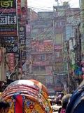 Volgestopte lokale straat in oude stad, Dhaka, Bangladesh stock afbeelding