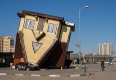 volgograd Россия - 27-ое апреля Музей перевернул ` дома на квадрате в Европе ` мола Мол города Стоковые Изображения