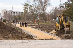 volgograd La Russia - 1° aprile Costruzione e porre il vicolo al piede di Mamaev Kurgan fotografie stock libere da diritti