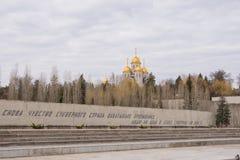 volgograd La Russia - 1° aprile Costruzione e porre il vicolo al piede di Mamaev Kurgan fotografia stock
