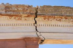 volgograd La Russia - 16 aprile 2017 La crepa sul soffitto di un arco concreto Immagine Stock Libera da Diritti