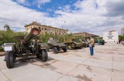 volgograd La Russia - 11 maggio 2017 Attrezzatura militare davanti al museo-panorama fotografia stock libera da diritti